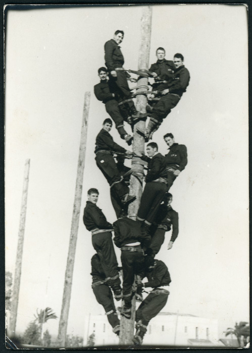 Jose Antonio García López subido junto a otros compañeros a un poste de teléfonos durante el servicio militar en Ceuta