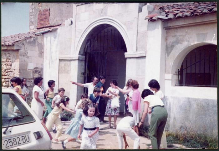 Salida del bautizo de Beatriz en la puerta de la iglesia de Cerezales del Condado