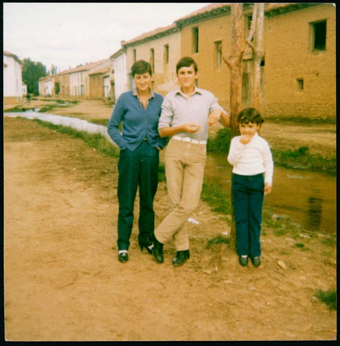 Marta García, Alberto José González e Inmaculada López junto a la presa en Cerezales del Condado