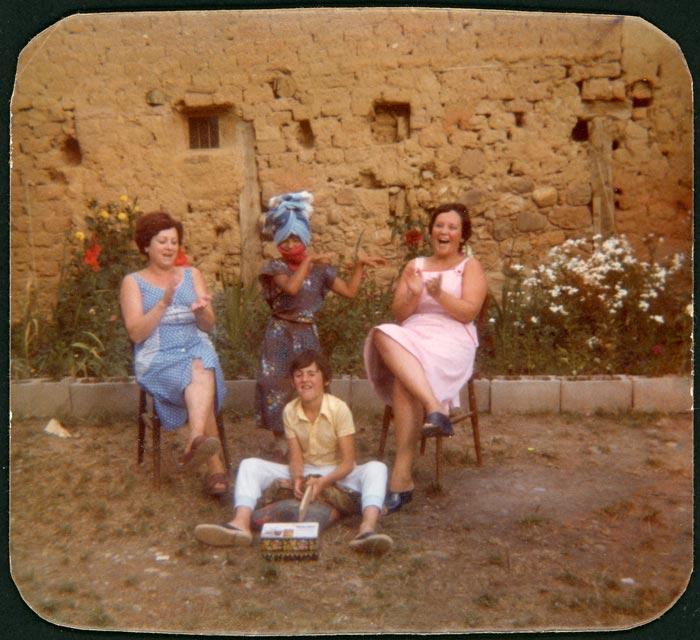 Julita García, Mª Garcia, Alberto González y Manolo en el patio de la casa familiar de Cerezales del Condado