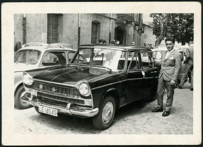 Antonio González posando junto a su taxi en León