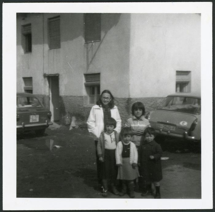 Sobrinos de María García en la calle de Cerezales del Condado