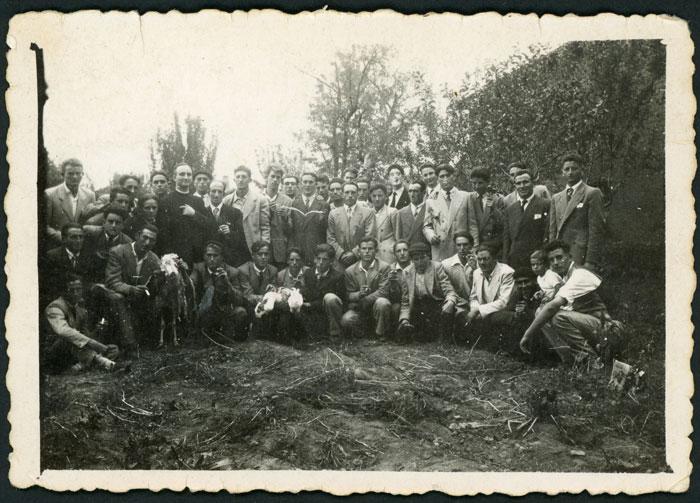 La juventud junto a Abundio González en su cantamisas en Cerezales del Condado