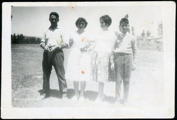 Tomás González junto a varios familiares en la fiesta del Corpus en la era de Cerezales del Condado