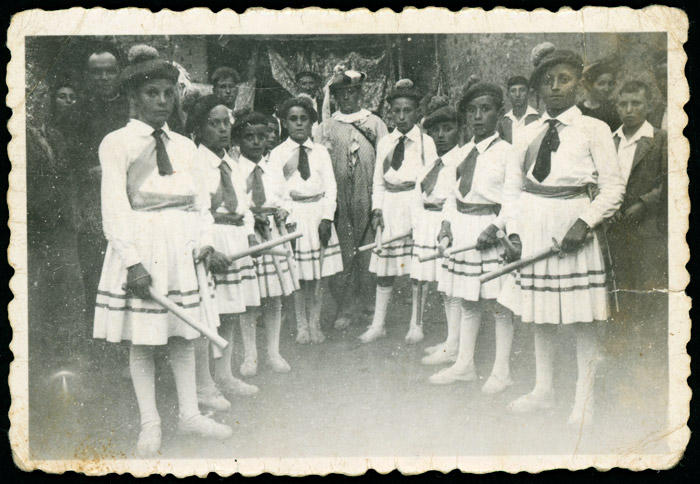 Grupo de niños con trajes y palos para la danza del paloteo en Cerezales del Condado