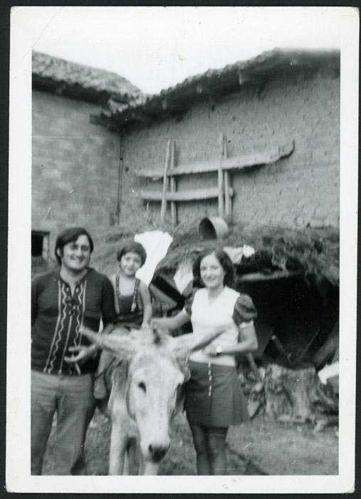 Familia de María García con la burra de su padre en el patio de la casa familiar de Cerezales del Condado