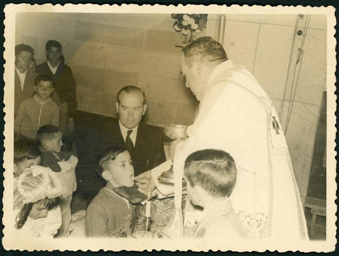 Marceliano de la Varga tomando la primera comunión en la iglesia de Cerezales del Condado