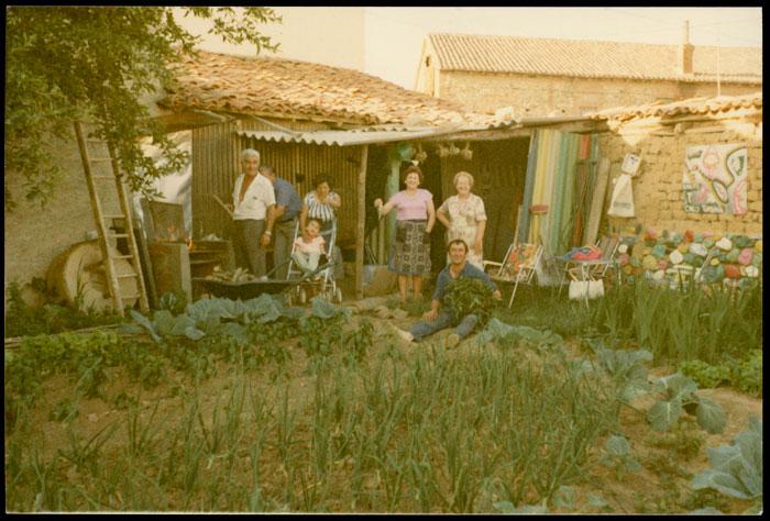 María García y familiares preparando una parrillada en la huerta de la casa familiar de Cerezales del Condado