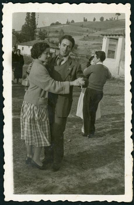 Tomás González y Amada Domínguez bailando en las fiestas del Corpus de Cerezales del Condado