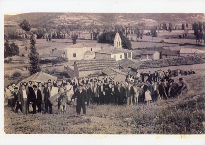 Reunión de los habitantes de Ambasaguas de Curueño con motivo de alguna celebración