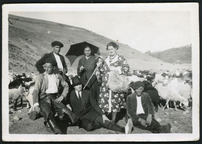 Nilo González, Benedicta García y Herminia Joglar con unos pastores junto a un rebaño en el valle de Valmayor