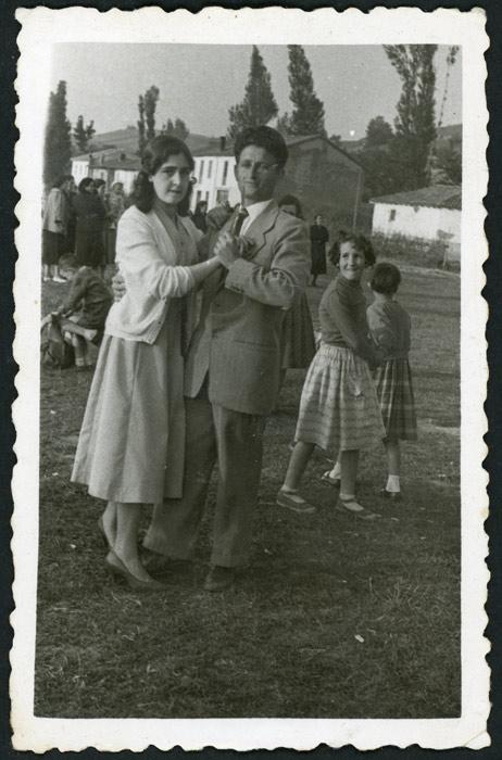 Benjamín González y Nevadita Robles bailando en la fiesta del Corpus en Cerezales del Condado