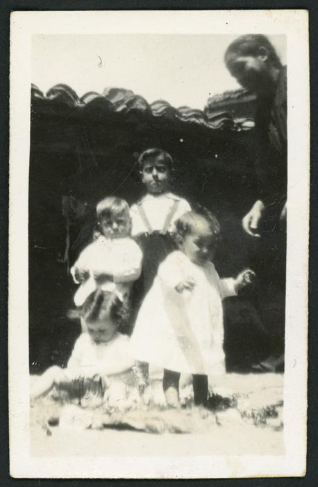Nila cuidando a Benjamín González y otros primos en Cerezales del Condado