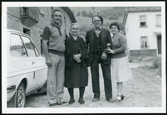 Antonia Mirantes y Laureano González con su hijo Antonio y su nuera Cuqui en Cerezales del Condado