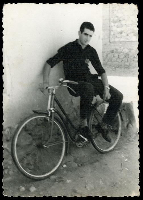 Lupercio sentado en una bicicleta en Cerezales del Condado