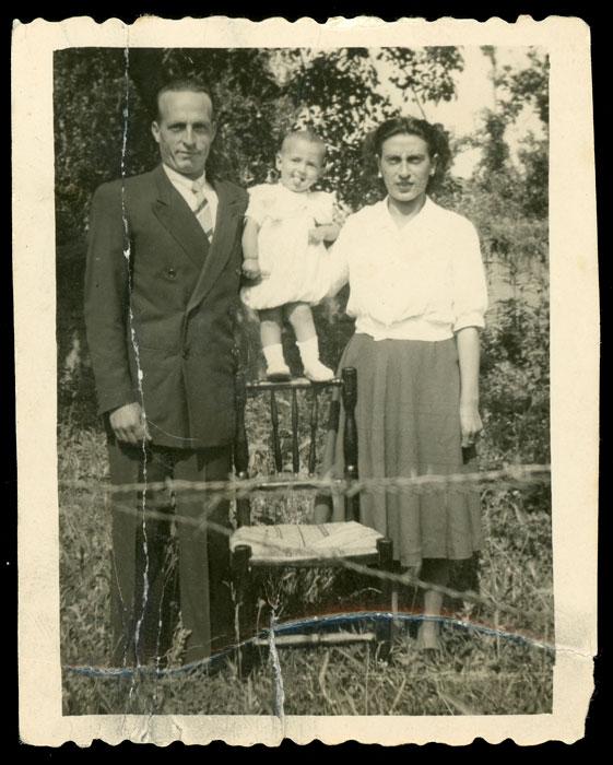Marceliano de la Varga y Angelina González con su hijo Emilio en Cerezales del Condado