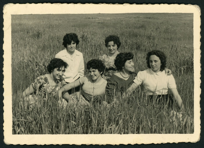 Grupo de chicas en un prado de Cerezales del Condado