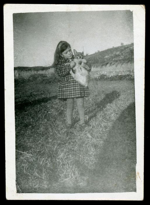 Yolanda de la Varga con la perra Chata en la huerta familiar en Cerezales del Condado