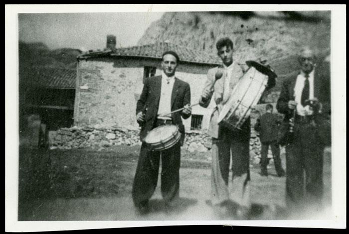 El tío Gildo con la dulzaina y Marceliano de la Varga tocando el tambor.