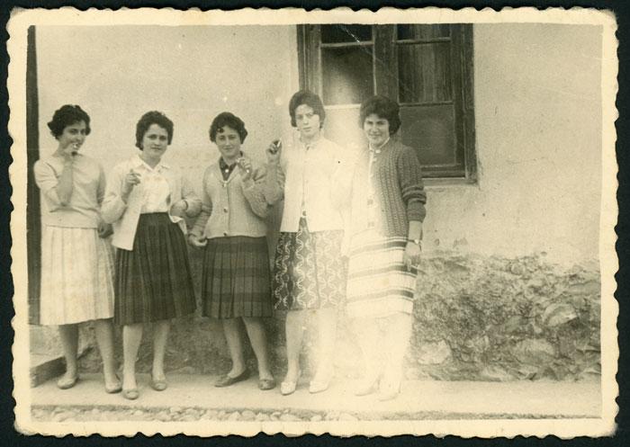 Grupo de chicas simulando que están fumando en la calle en Cerezales del Condado