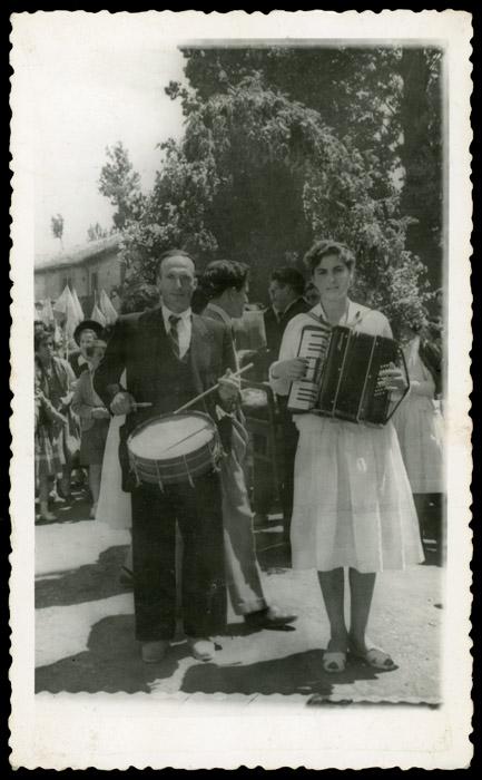 Marceliano de la Varga tocando el tambor y Merche tocando el acordeón en Ambasaguas de Curueño