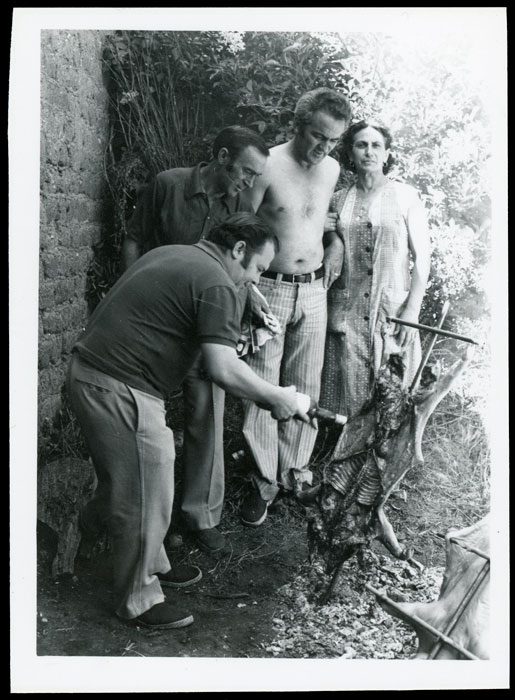 Antonio, Angelina y Tomás González con Ricardo Zurdo haciendo un asado de cochinillo al estilo argentino en la huerta familiar en Cerezales del Condado