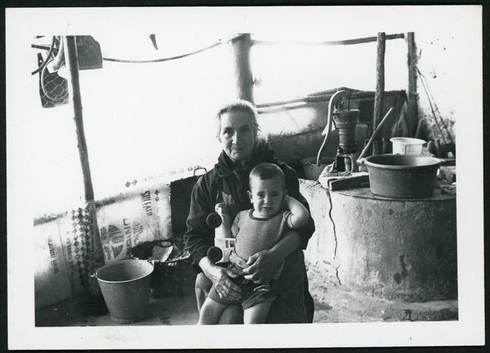 Antonia Mirantes en su casa de Cerezales del Condado cuidando a Toño