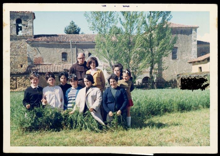 Grupo de mujeres con un fraile en Cerezales del Condado