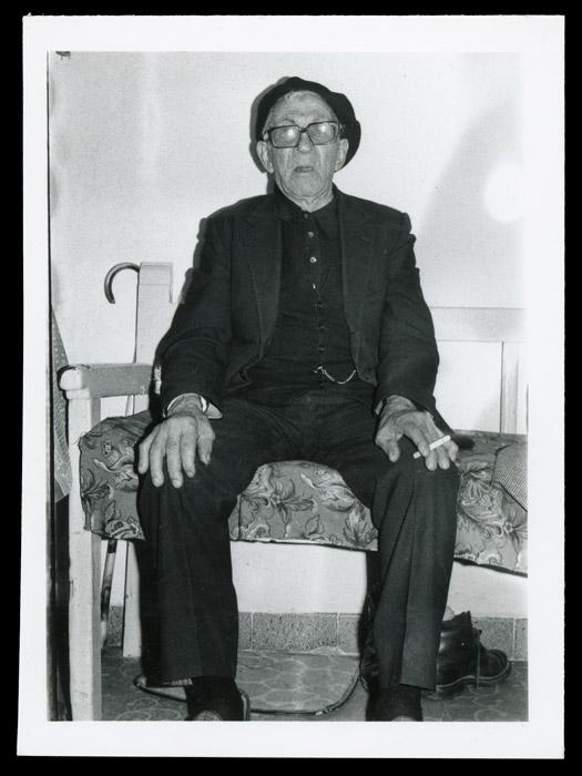 Laureano González en el escaño de su casa en Cerezales del Condado