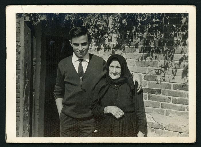Marceliano de la Varga con su bisabuela Mercedes Escobar en la casa familiar en Cerezales del Condado