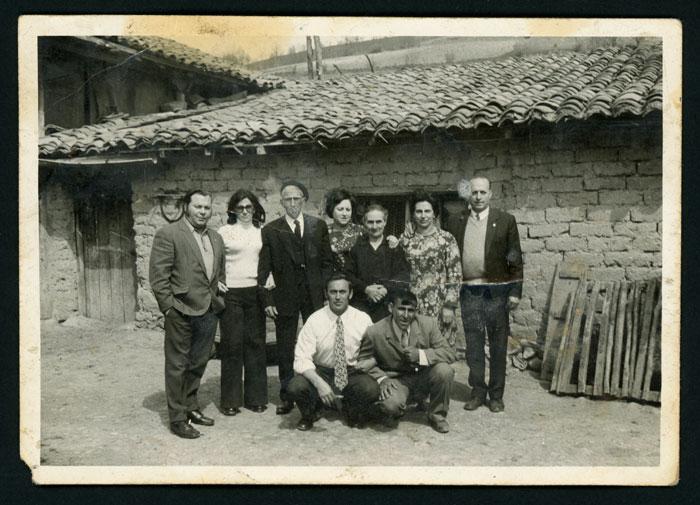Retrato de familia en las bodas de oro de Laureano González y Mª Antonia Mirantes en el corral de la casa familiar de Cerezales del Condado