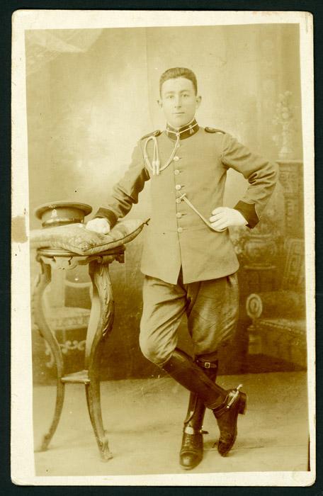 Retrato de estudio de Gregorio Díez (Goro) vestido de militar.