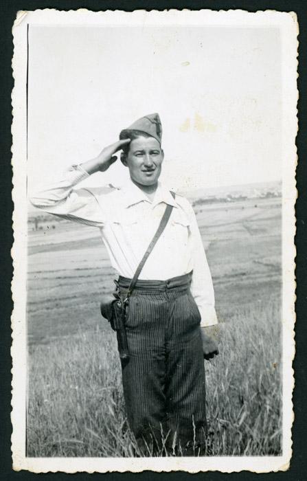 Miguel Prieto haciendo el saludo militar durante la guerra civil.