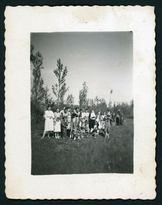 Mozas y niños de Castro del Condado en Barrillos de Curueño.