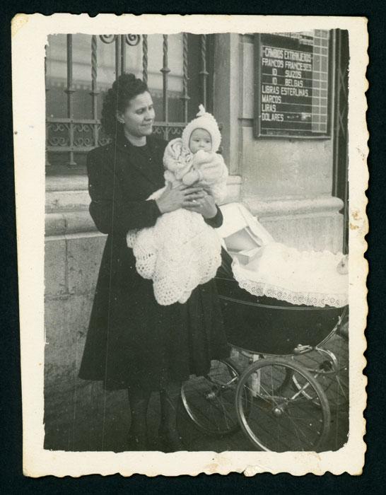 La mujer de Gregorio Díez (Goro) con una sobrina en León.