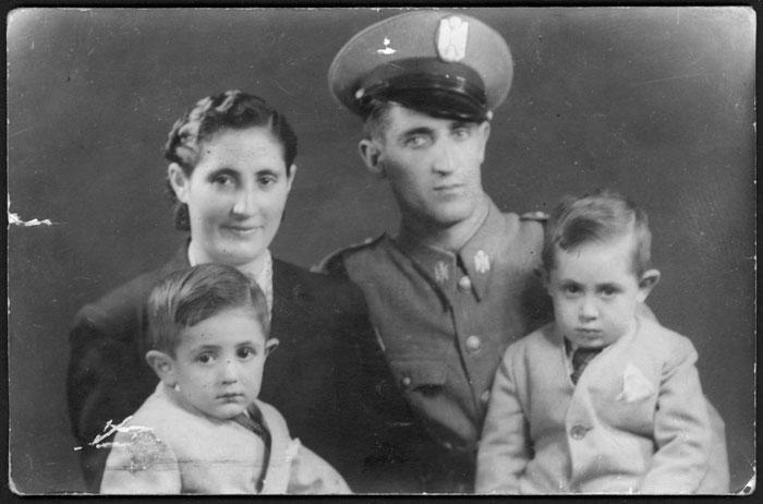 Retrato de estudio de la familia Díez Llamera en Barcelona