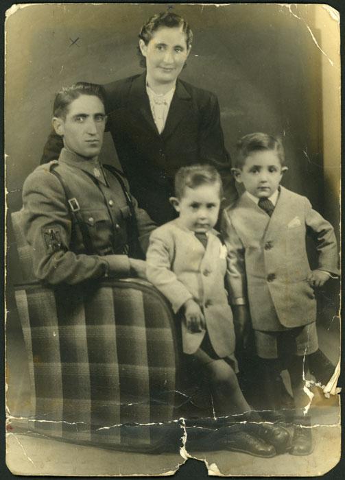 Retrato de estudio de la familia Díez Llamera en Barcelona II