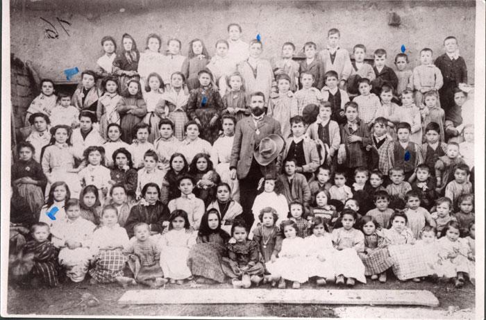 El maestro Roque de Castro rodeado por sus alumnos en Barrillos de Curueño