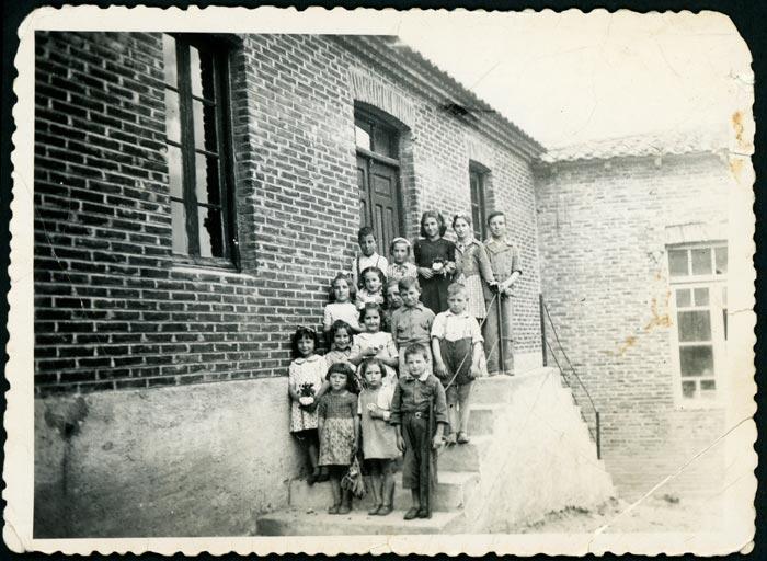 Grupo de alumnas y alumnos en la escuela de Castro del Condado