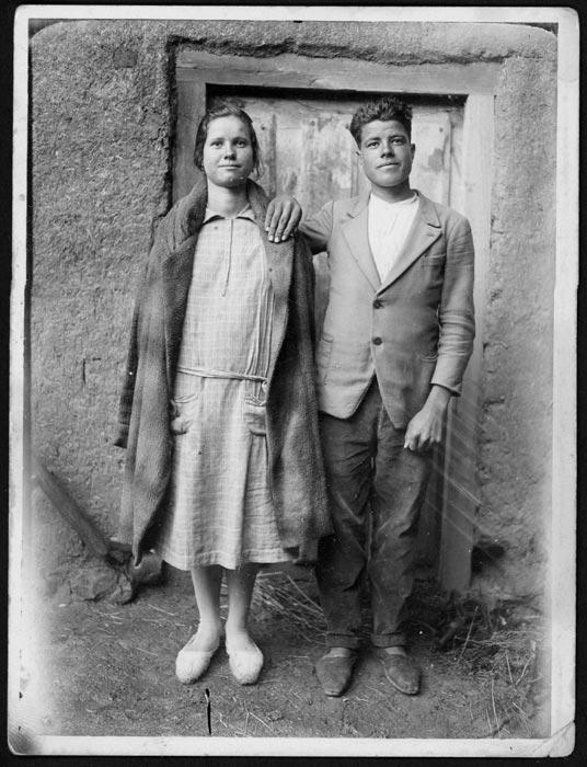 Trinidad y Olegario Robles en el corral de la casa familiar en Castro del Condado