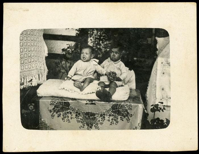 Retrato de Aladino y Raquel sentados sobre almohadones en la huerta