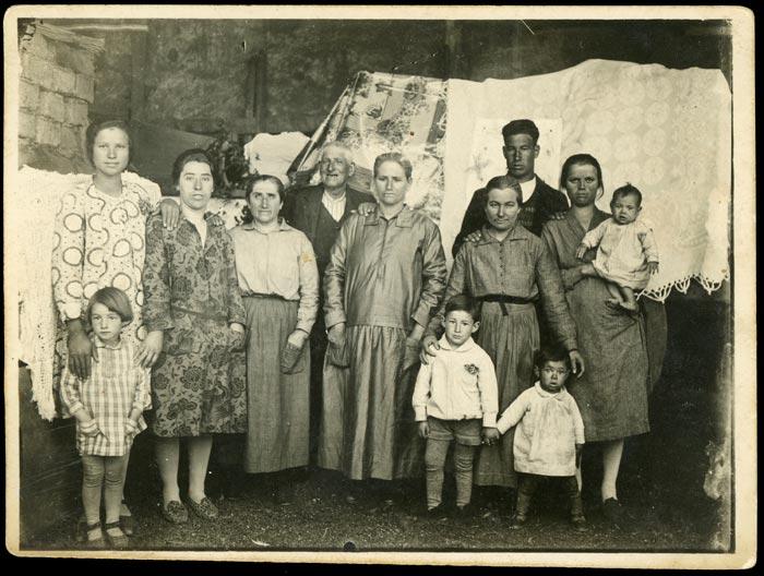 Hermógenes Prieto y Benedicta Robles con vecinos de Castro del Condado
