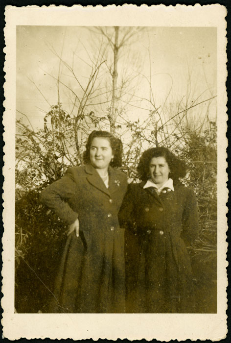 Nieves Díez y Julia junto al gallinero de Barrio de Nuestra Señora