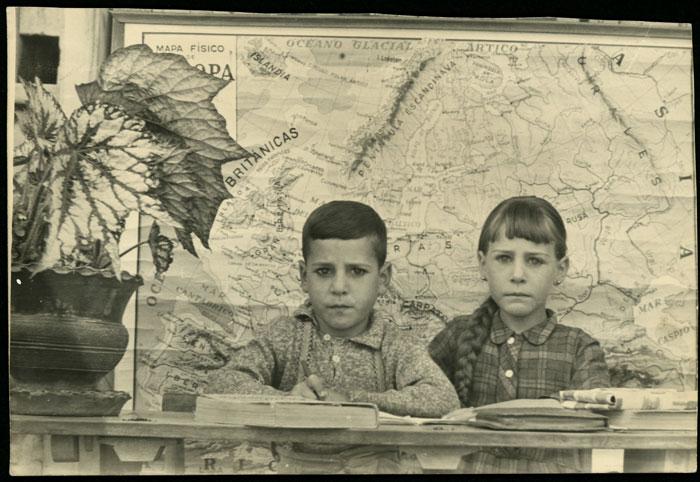 María Teresa y Luciano Castro en el colegio de Barrillos de Curueño
