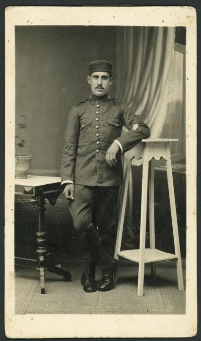 Retrato de estudio de Luciano Díez Ferreras vestido de militar en La Coruña