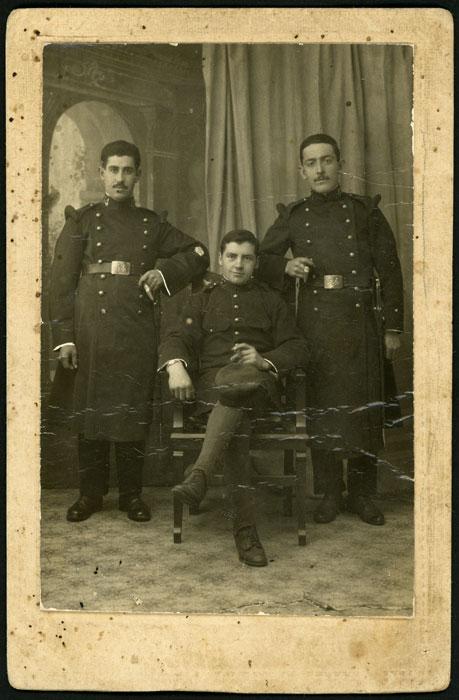 Retrato de estudio de Luciano Díez con sus compañeros Félix y Pablo vestidos de militares en La Coruña antes de embarcar para África