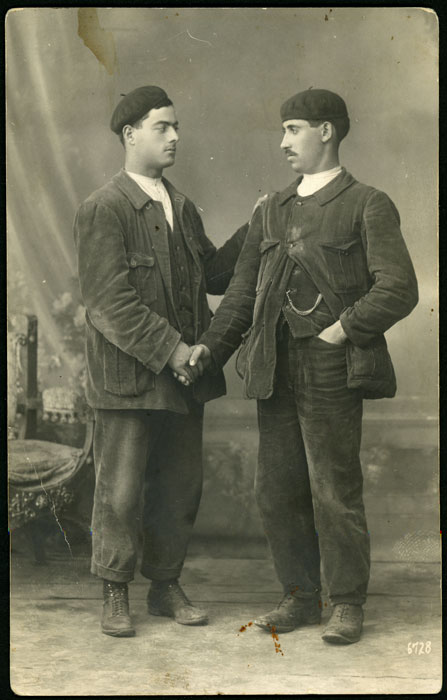 Retrato de estudio de Luciano Díez y Baudilio dándose la mano