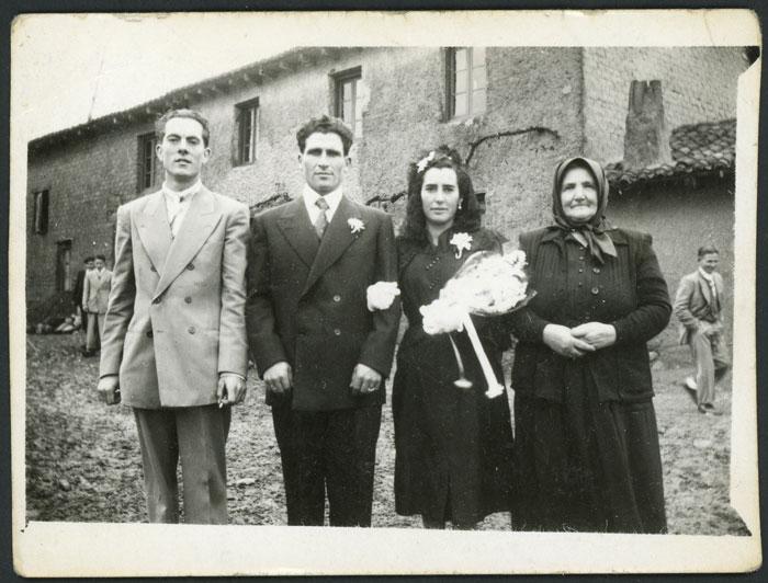 Retrato de boda de Adelina Díez y Asterio Castro con los padrinos en Barrillos de Curueño