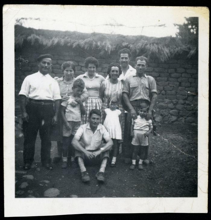Adelina Díez y Asterio Castro con unos amigos en el portal de su casa en Barrillos de Curueño.