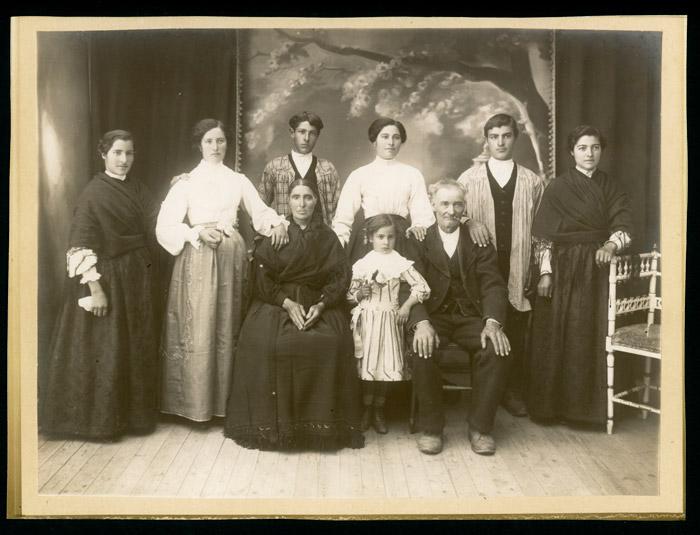 Retrato de Celestina Robles y Lucas Castro con sus hijos.